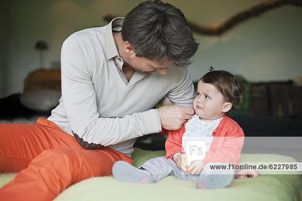 Mann tröstet seine weinende Tochter