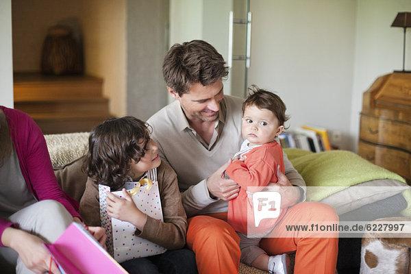 Zusammensitzende Familie