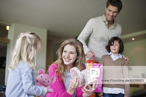 Mädchen schenkt ihrer Mutter am Muttertag ein Überraschungsgeschenk
