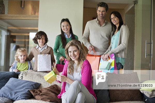 Familie feiert Muttertagsparty zu Hause