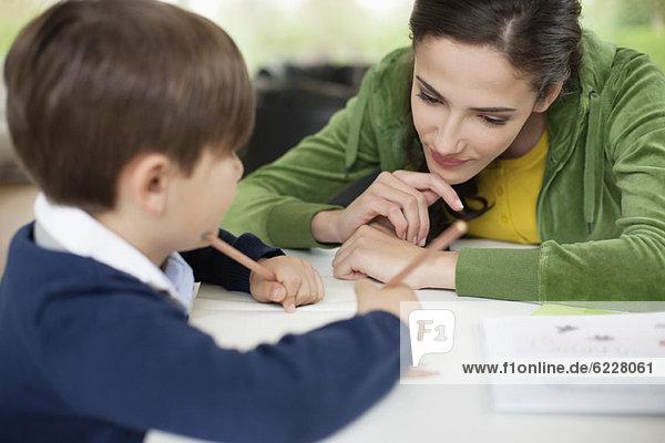 Frau unterrichtet ihren Sohn zu Hause