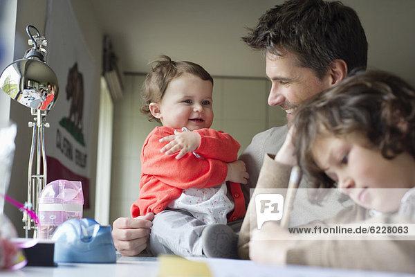 Nahaufnahme eines Mannes mit seinen Kindern zu Hause