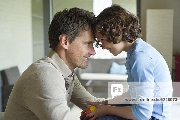 Mann mit seinem Sohn von Angesicht zu Angesicht und Lächeln