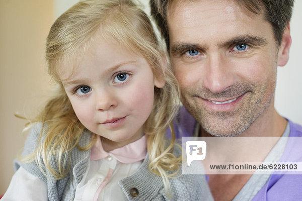 Porträt eines glücklichen Mannes mit seiner Tochter