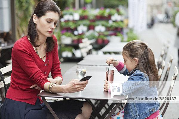 Frau mit ihrer Tochter im Café