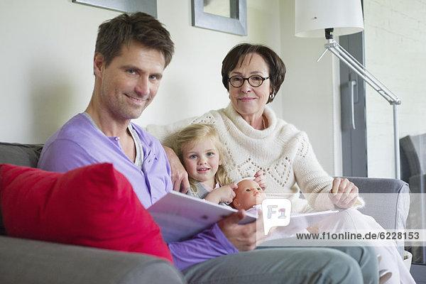 Mädchen  das bei ihrem Vater und ihrer Großmutter zu Hause studiert.