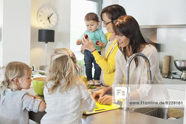 Mädchen mit ihrer Mutter und Großmutter in der Küche