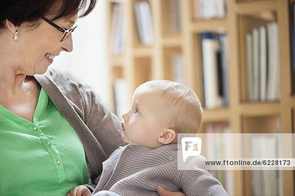 Frau spielt mit ihrer Enkelin