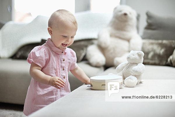 Kleines Mädchen spielt mit Spielzeug