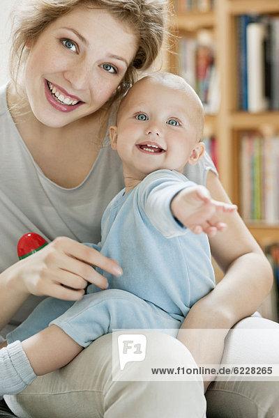 Porträt einer Frau  die mit ihrer Tochter spielt