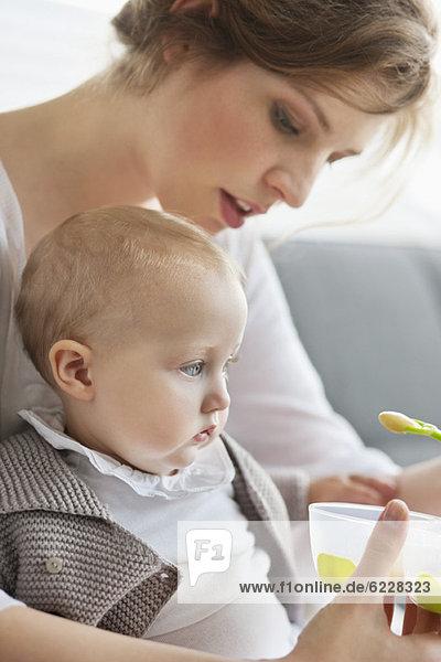 Frau füttert ihre Tochter