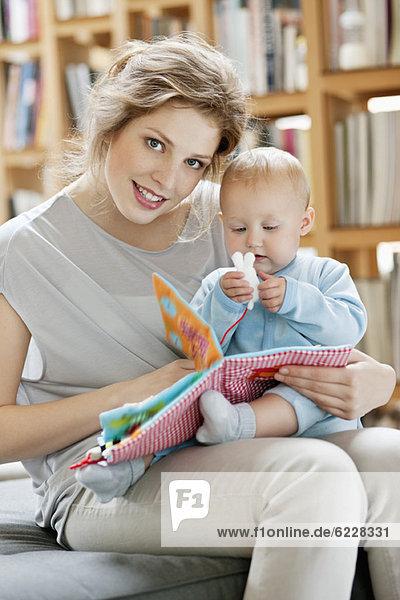 Frau zeigt ihrer Tochter ein Bilderbuch