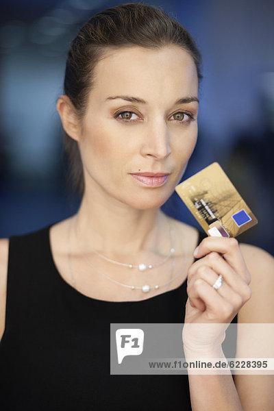 Portrait einer Geschäftsfrau mit Kreditkarte