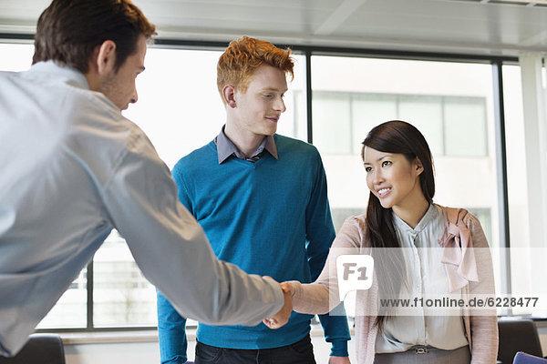 Geschäftsführer beim Händeschütteln mit seinen Kunden