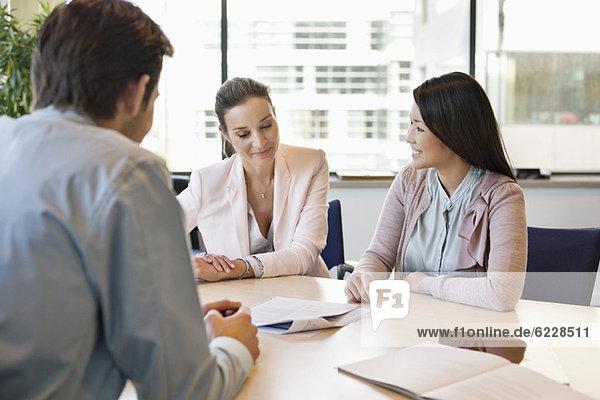 Geschäftsführer im Gespräch mit seinen Kunden