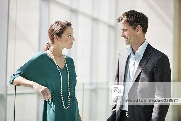 Führungskräfte diskutieren im Büro