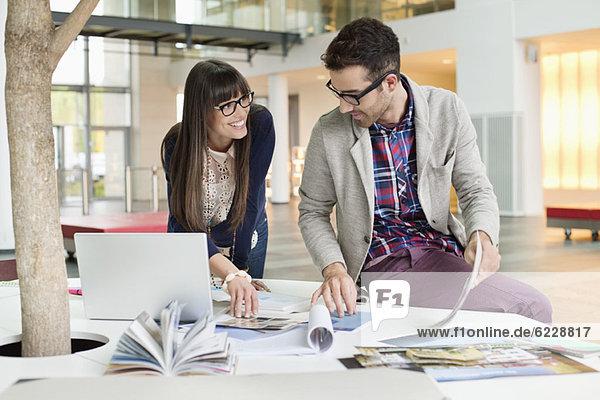 Architekten  die in einem Büro arbeiten