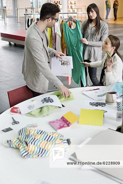 Modedesigner  die in einem Büro arbeiten