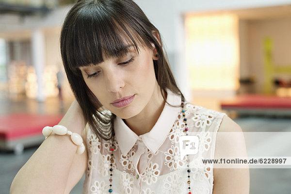 Nahaufnahme einer müde aussehenden Geschäftsfrau