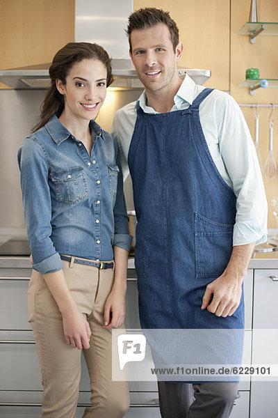 Paar steht zusammen in der Küche