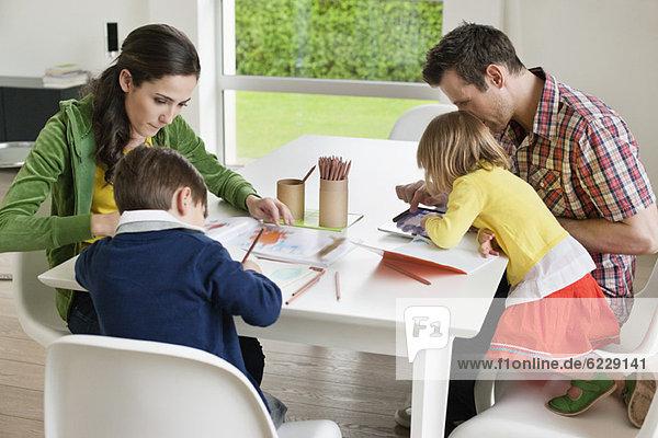 Paar unterrichtet ihre Kinder zu Hause