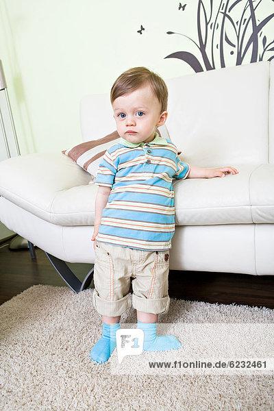 1-jähriger Junge vor Sofa