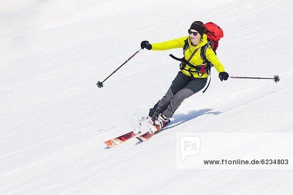 Frau fährt Ski am Gosaukamm  Tennengau  Österreich