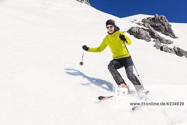 Frau fährt Ski am Hochkönig  Berchtesgadener Alpen