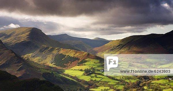 Europa  Sonnenstrahl  Großbritannien  spät  grün  Überfluss  Tal  Herbst  beleuchtet  Nachmittag  Cumbria  England