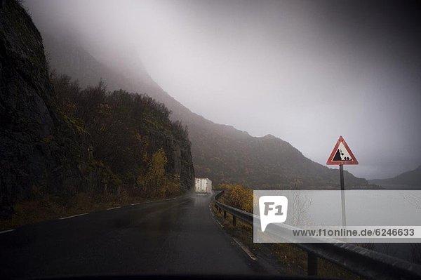 nebeneinander  neben  Seite an Seite  Europa  nass  Fernverkehrsstraße  Norwegen  Lastkraftwagen  Fjord  Skandinavien