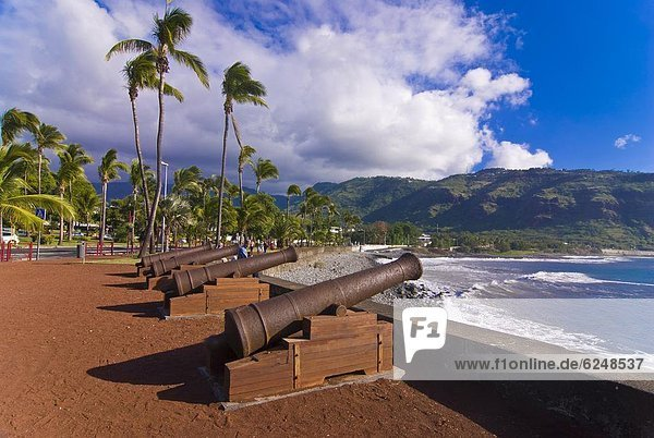 Old cannons at the port of St-Denis  La Reunion  Indian Ocean  Africa