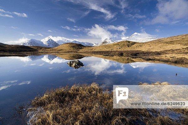 Europa  Schnee  bedecken  Tag  Großbritannien  Hügel  Spiegelung  schwarz  Highlands  Sonnenlicht  Berg  gefroren  Reflections  Schottland