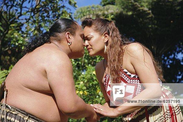 reiben  reibt  reibend  Tradition  grüßen  Pazifischer Ozean  Pazifik  Stiller Ozean  Großer Ozean  neuseeländische Nordinsel  Maori  Neuseeland  Rotorua