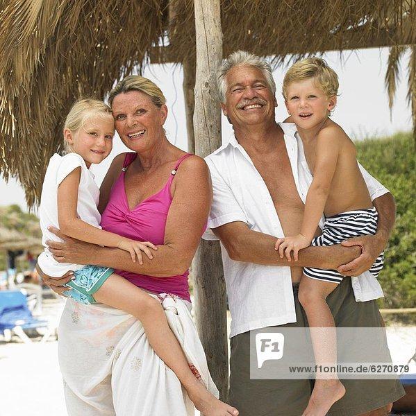 Strand  unterhalb  Großeltern  Enkelkind  Sonnenschirm  Schirm