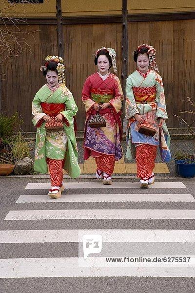 gehen Straße groß großes großer große großen Kleidung Lehrling Holzschuh Ortsteil Geisha japanisch Kimono