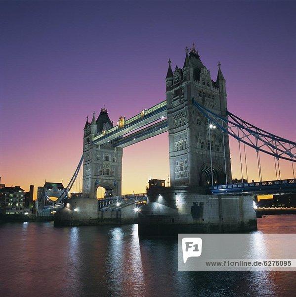Abend  Tower Bridge und Themse  London  England  Großbritannien  Europa