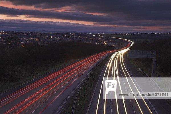 nahe  Europa  Abend  folgen  Großbritannien  Beleuchtung  Licht  Autobahn  Derbyshire  England  Straßenverkehr