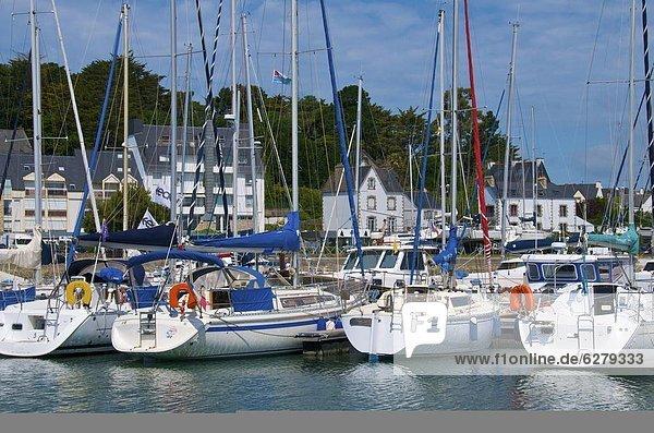 Hafen  Motorjacht  Frankreich  Europa  vertäut  Bretagne  Morbihan