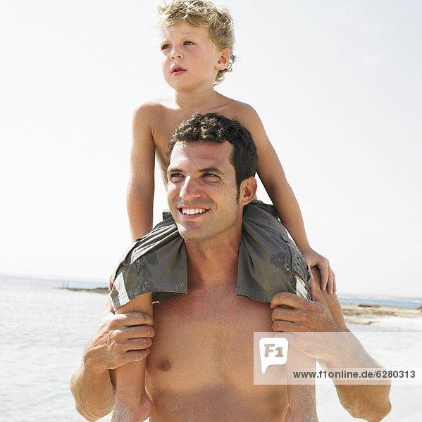 sitzend  Strand  Sohn  Menschliche Schulter  Schultern  Menschlicher Vater