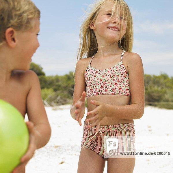 Strand  Junge - Person  Ball Spielzeug  Mädchen  spielen