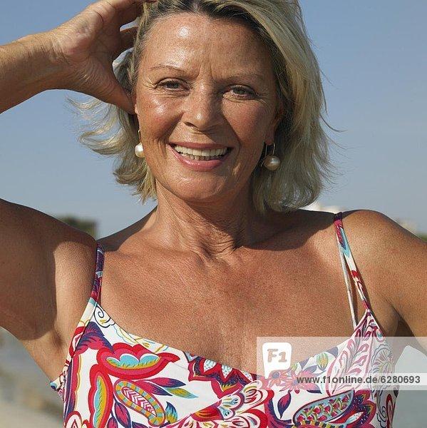 Ältere Frau am Strand