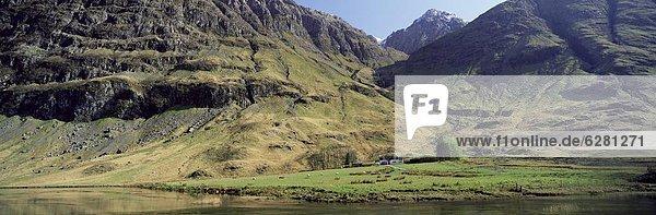 Wasserrand Landschaftlich schön landschaftlich reizvoll Bauernhaus Europa Berg Großbritannien Einsamkeit Glencoe See Schottland