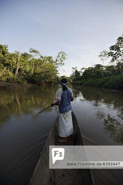 Mann angeln Nebenfluß