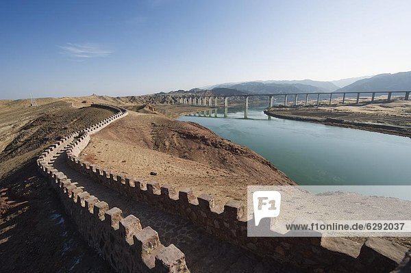 Great Wall of China  UNESCO World Heritage Site  and the Yellow River in the Tengger desert at Shapotou near Zhongwei  Ningxia Province  China  Asia