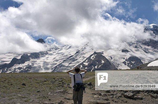 Vereinigte Staaten von Amerika  USA  Mann  sehen  folgen  Nordamerika  Berg  Mount Rainier Nationalpark  Washington State