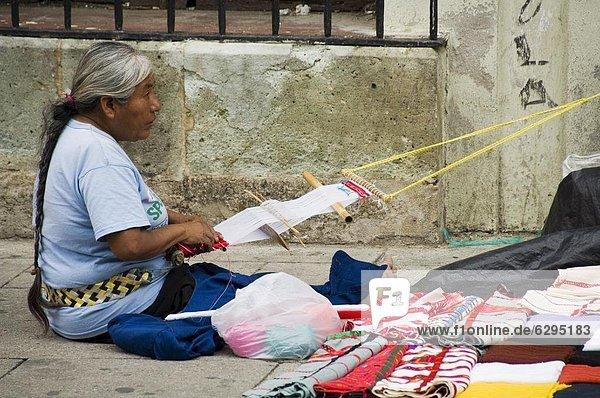 Weben auf Straße  Oaxaca City  Oaxaca  Mexiko  Nordamerika