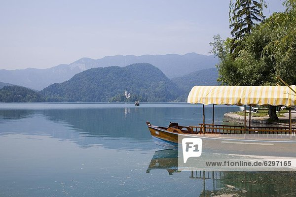 Wasserrand Europa Tradition Tourist Boot vertäut Kirche Fähre Rudern Insel Slowenien