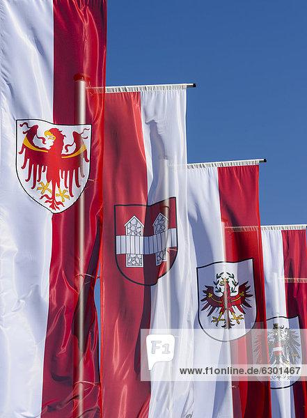 'Fahnen Autonome Provinz Südtirol  Stadt Innsbruck  Bundesland Tirol  Republik Österreich  am Vorplatz des Museums ''Tirol Panorama''  am Bergisel  Innsbruck  Tirol  Österreich  Europa  ÖffentlicherGrund'