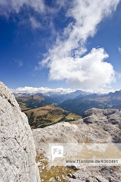 Beim Klettersteig Boeseekofel  hinten die Fanesgruppe  Dolomiten  Südtirol  Italien  Europa Beim Klettersteig Boeseekofel, hinten die Fanesgruppe, Dolomiten, Südtirol, Italien, Europa