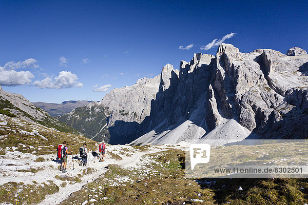 Wanderer beim Abstieg von der Drei-Zinnen-Hütte  hinten der Einser  Hochpustertal  Sexten  Dolomiten  Südtirol  Italien  Europa Wanderer beim Abstieg von der Drei-Zinnen-Hütte, hinten der Einser, Hochpustertal, Sexten, Dolomiten, Südtirol, Italien, Europa
